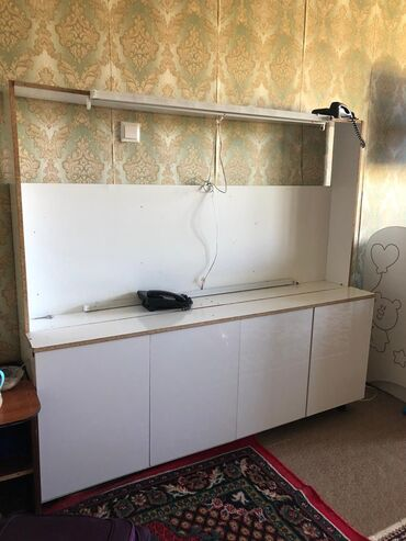 Гарнитуры - Кыргызстан: Продаю шкаф надо поставить зеркало делали под макияж лампочки есть