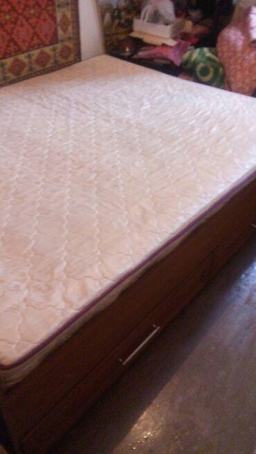 спальные кровати с матрасами в Кыргызстан: Срочно! Продаю 2х спальную кровать с 4 комодами и матрассом