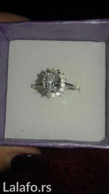 Prodajem srebrni prsten. Ima jedan veliki kamen i cirkone okolo. - Sremska Kamenica