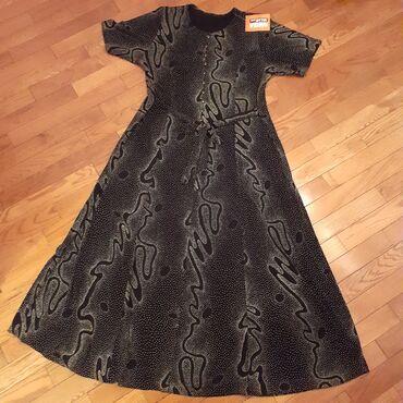 Duga haljina sa reljefastim printom. Na dugmicima su cirkoni. Prelepo