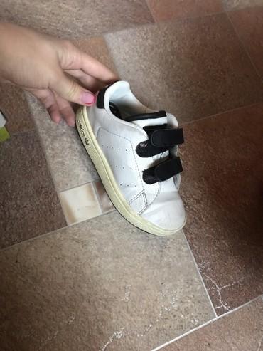 белые ботинки в Кыргызстан: Продаю ботосы на мальчиков. Фирменный адидас в отличном состояние