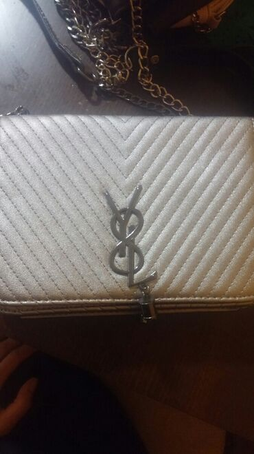 Nova torba srebrnkasto siva boja cena je 1200 din