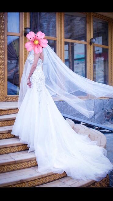 атласное платье со шлейфом в Кыргызстан: Свадебное платье Malinelli со шлейфом на корсете, размер S-M, одевала