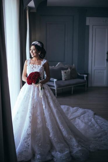 Продаю красивое нежное свадебное платье, с 3d цветочками. спереди