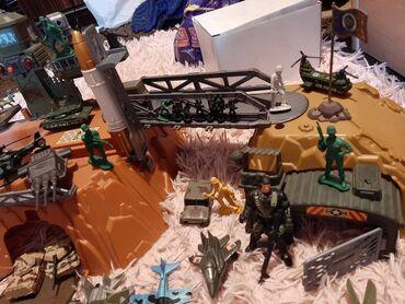 Большая военная база с солдатами и разной военной техникой