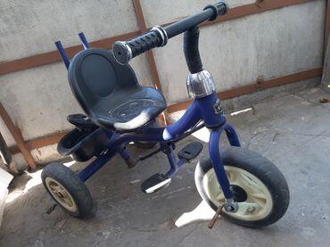 Трёхколесный велосипед, имеется ручка чтобы толкать и козырёк