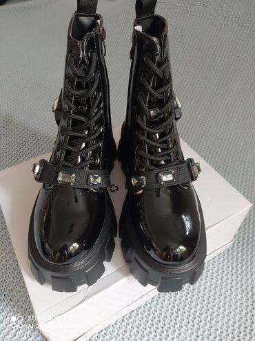 5737 oglasa   ŽENSKA OBUĆA: Ženske poluduboke čizme -cipeleunutra postavljene krznom.Čizme su od