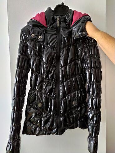 Crna lakirana jaknica S velicine sa kapuljacom,marke Tally weijl.Super