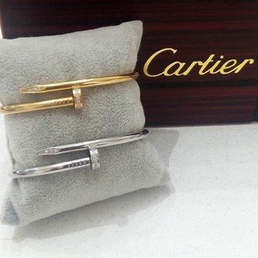 Bakı şəhərində Cartier mismar qolbaqlar, her iki reng movcuddur, qeti rengleir getmir
