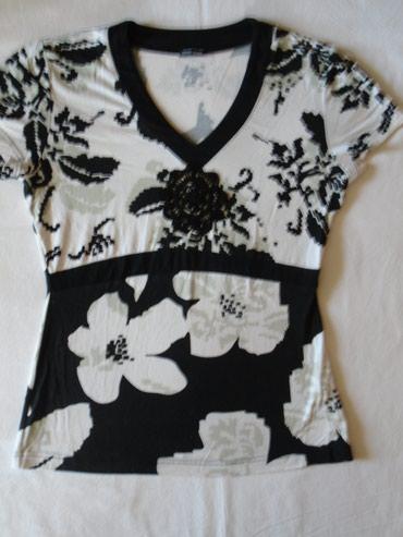 Lepa Garry Weber majica sa detaljem cveta od čipke i malih, crnih