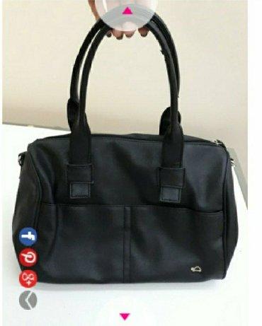 Ocuvana crna Capisa torba, ima samo malo ostecenje na jednoj rucki