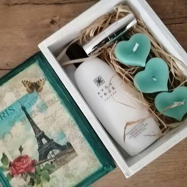 Kuća i bašta - Prokuplje: Poklon setovi. Set sadrzi kozmeziku, dekorativnu svecu i kutiju (kutij