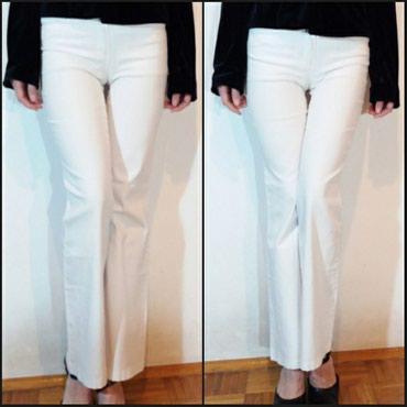 Elegantne bele pantalone sa blago zvonastim nogavicama i dubljim - Belgrade