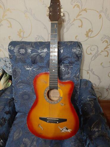 Музыкальные инструменты - Бишкек: Продаю гитару окончательно. Рабочая состояние на 4-ку