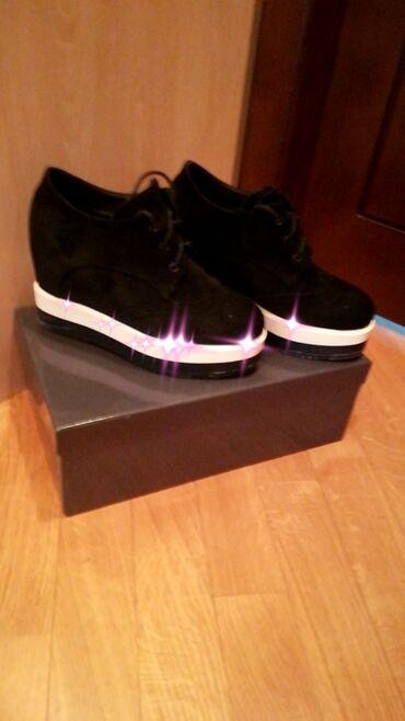 женские цветочные кеды в Азербайджан: Продам женские ботинки натуральный нубук,б/у, внутри мех, покупала в