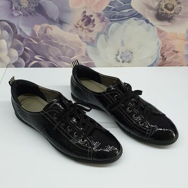 Женские спортивные туфли из лакированной мягкой кожи известного бренда