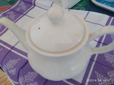 Stari čajnik od porcelana.Nov i nikada nije korišćen