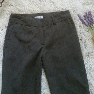 Pantalone ravnih nogavica, na crtu, boja braon siva.Struk 34, prednja