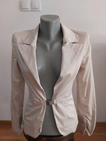 Prelep satenski sako,malo nosen.Strukiran,prelepo stoji