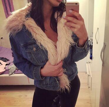 Bershka teksas jaknica sa krznom Velicina S  Jaknica ispod ima krzno i