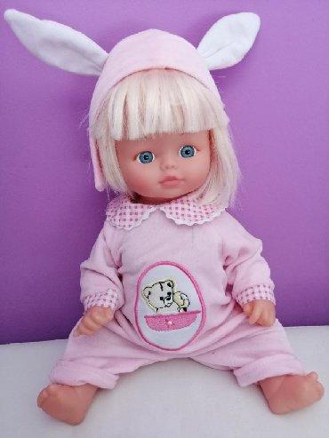 Beba lutka, pertiniLutka je dobijena za Novu godinu. Kupljena je u