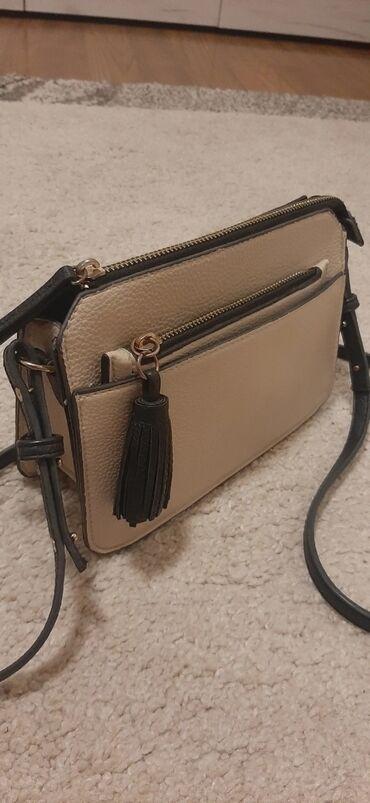 Krem torbica u odlicnom stanju