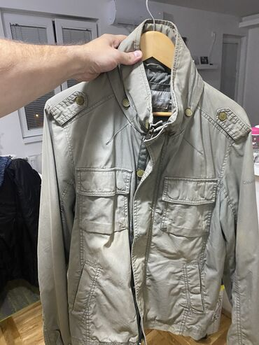 Calvin Klein jakna L odlicno stanje kao i model za sve informacije tu