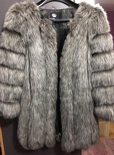 Siva bunda od veštačkog krzna, koje izgleda kao pravo i ne linja se