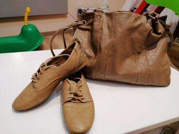 Cipele slabo nošene, uz njih tasna na poklon. Naznačena veličina