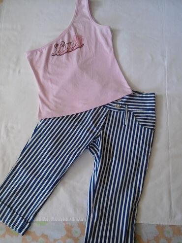 Teget bele pantalonice + majičica na jedno rame. Pantalonice su 3/4 u