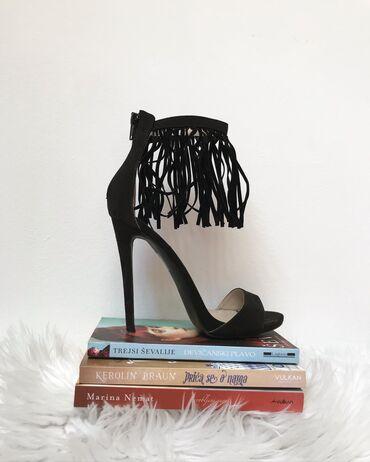 Opposite shoes crne sandale sa resama. Naznačena veličina 38, ali je t