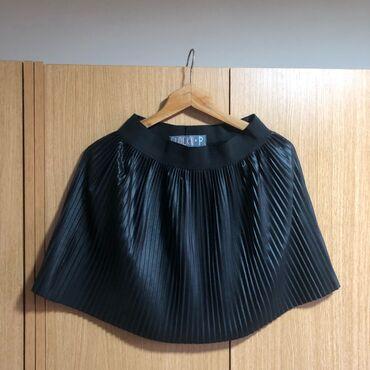 Crna mini plisirana suknja moze do L, ocuvana 600 dinara. Braon