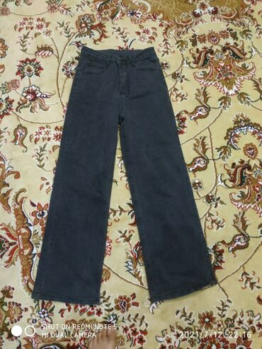 Личные вещи - Майлуу-Суу: Продаю джинсы широкие Цена 1000сом  Покупала совсем недавно  Размер 27