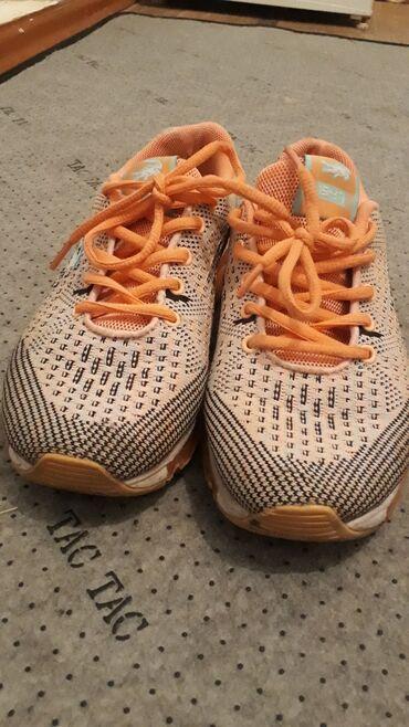 Очень удобные кроссовки размер 37-38 подойдет. Состояние хорошее