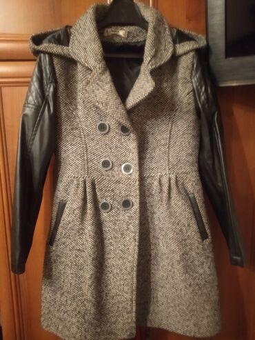 Пальто на 9-10 лет в хорошем состоянии с капюшоном 700 сом
