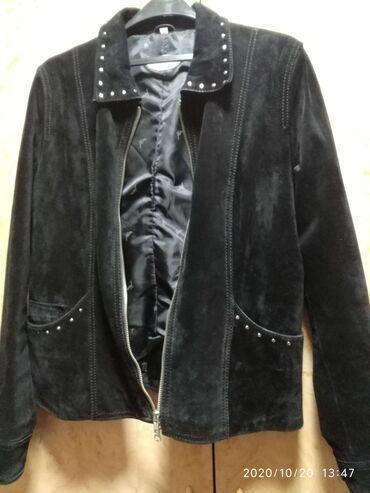 Crna kožna jakna od prevrnute kože u odličnom stanju modernog kroja