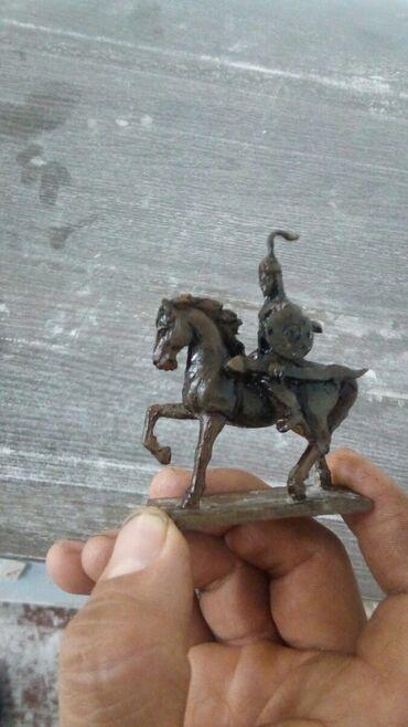 Спорт и хобби - Мыкан: Очень маленькая скульптура манаса в площади бишкека с размером 6см