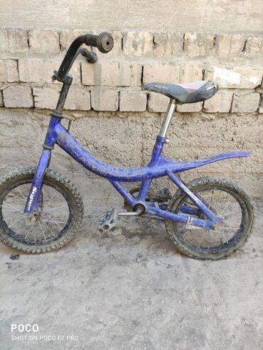 Спорт и хобби - Ала-Тоо: Продаю детский велосипед надо поменять заднию камеру и покрышку и шата