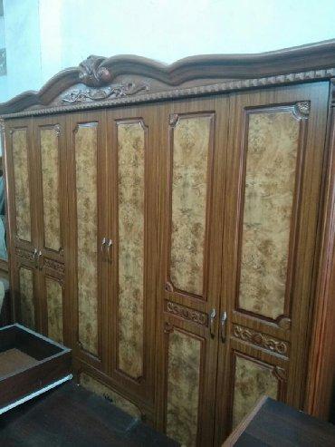 деревянная спальня в Азербайджан: Malaziyanin 6 qapılı dolabı əla vəzyəttədir heçbir problemi yoxdur