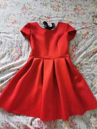 Nova haljina, nenosena, sa etiketom, na kojoj se vidi cena po kojoj je
