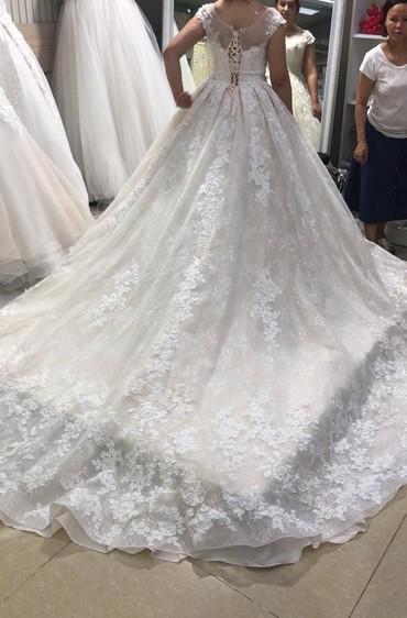 Свадебные платья - Кок-Ой: Свадебное платье на продажу 17000 шлейф собирается размер 42-46 пиши