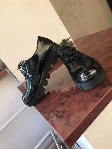 Продаю классические туфли без каблука. Надевала пару раз размер чуть