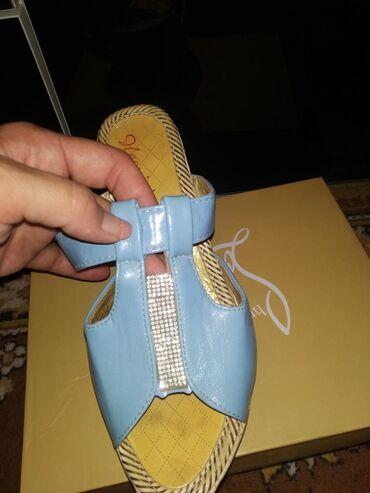 Продаю летнюю обувь есть ещё босоножки и красные открытые туфли