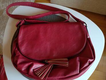 Crvena kozna torba, nosena vrlo malo. Bez ostecenja