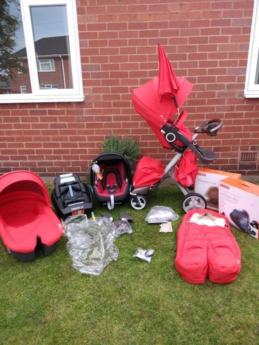 Red Xplory v4 pram with footmuffs, car seat, and other accessories σε Athens