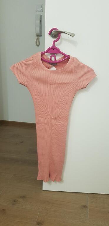 Roze uska haljina, s velicina, ima malo golo na ledjima. nosena jednom