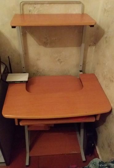 Bakı şəhərində Продаем стол для компьютера. Ширина стола - 71 см Высота - 117