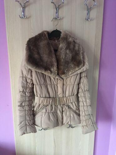 Zimska jakna sa krznom i jako lepim detaljima, kao što možete videti