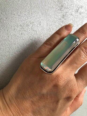 Gospodar prstenova - Srbija: Prsten je nov nekoriscen. Duzi je i lagan boje se prelivaju pri