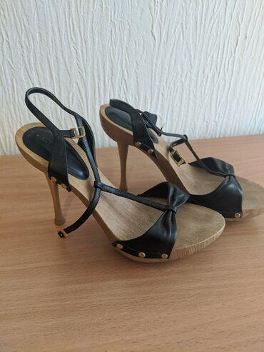Sandale sa drvenom stiklom